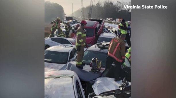 Autot olivat pinoutuneet toistensa päälle.