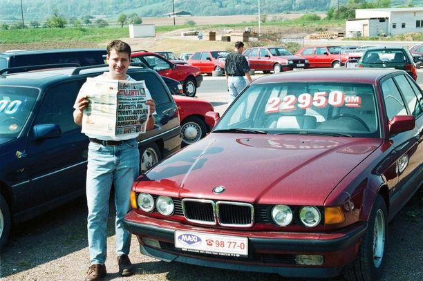 Historiallinen hetki. Iltalehti julisti 27.4.1999, että autoveron valta on murtunut. Autokauppias Andreas Krebes sai Iltalehden käteensä samana päivänä.