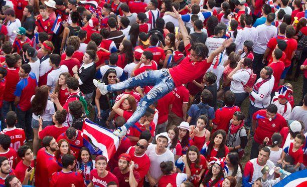 Costa Rican fanit juhlivat villisti jatkopaikkaa.