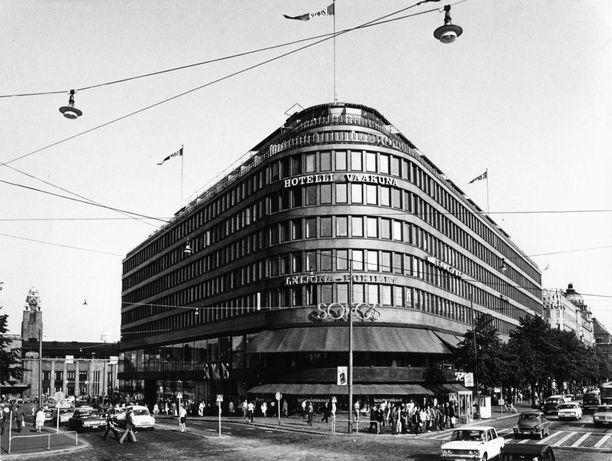 Uusi hotelli Mannerheimintieltä nähtynä.