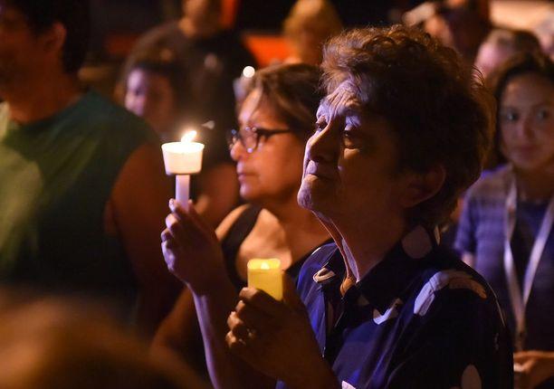 Ihmiset osallistuivat kynttilämielenosoitukseen sunnuntai-iltana tapahtumapaikalla.