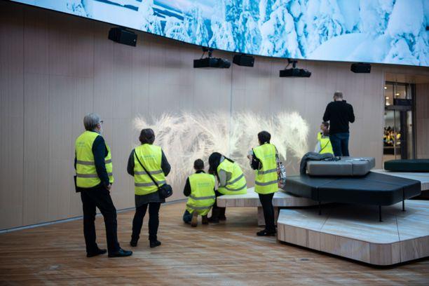 Interaktiivinen seinä kiinnosti Aukion testipäivässä lapsia ja aikuisia.