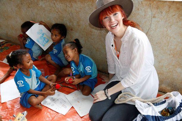 Nenäpäivän tuella Plan Suomi järjestää Itä-Timorissa mahdollisimman monen lapsen pääsyn varhaiskasvatukseen, mikä helpottaa heidän siirtymistään peruskouluun ja parantaa lasten oppimistuloksia koulussa. Kurkela paikallisten lasten kanssa.