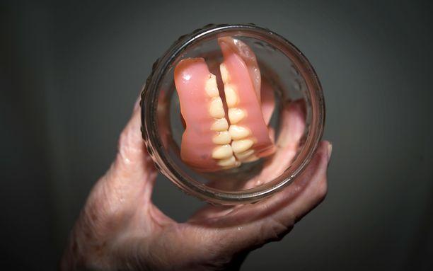 Hampaat olivat lasissa. (Kuvituskuva)