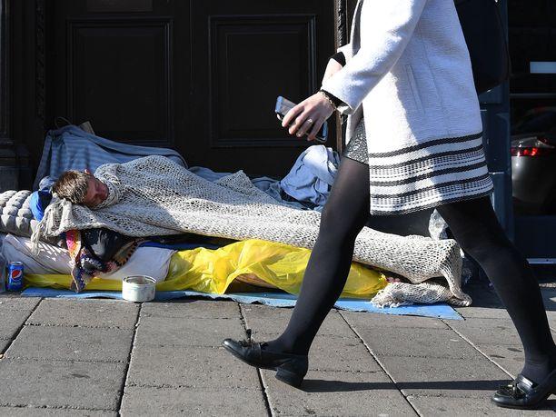 Koditon mies nukkui Windsorin linnan ulkopuolella Länsi-Lontoossa lokakuussa. Median mukaan kodittomia käskettiin tuolloin siirtymään muualle prinsessa Eugenien häämenojen vuoksi.