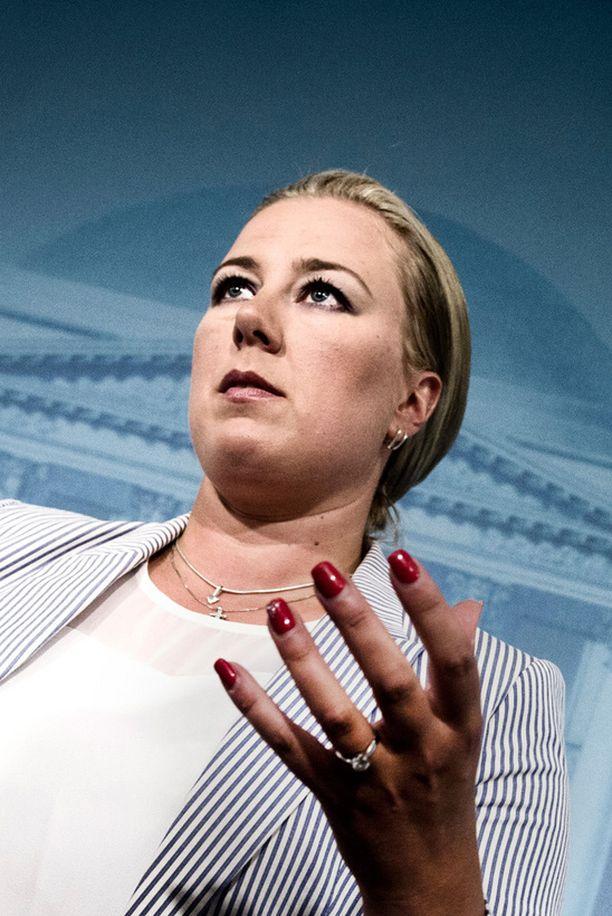 Puheenjohtaja Jutta Urpilainen näkee SDP:n kannatusalhon syyksi hallituspuolueiden vastuunkannon. Demareilta puuttuu kuitenkin suomalaisiin miehiin vetoava linja.