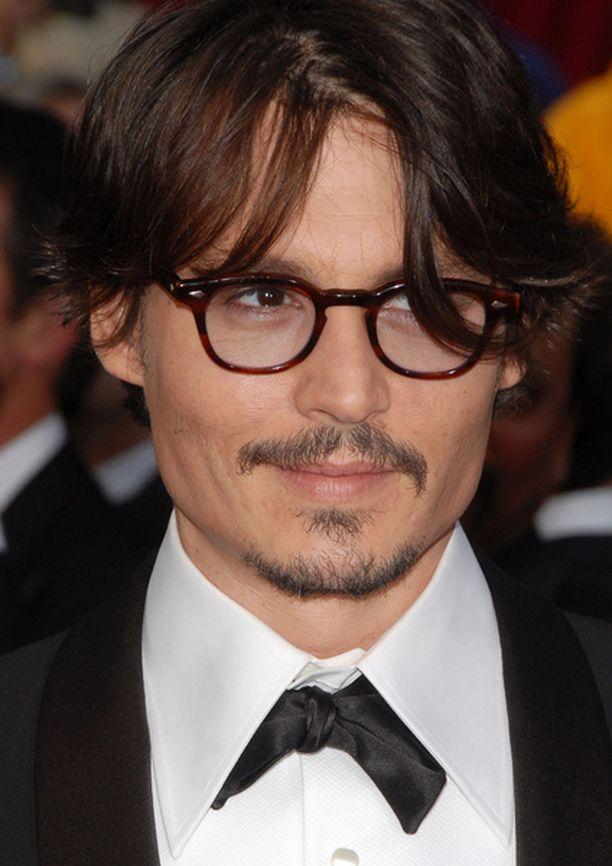 Johnny Depp pukee Jack SparrowŽn vaatteet päälle vielä kerran.