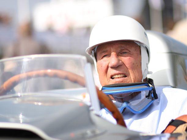 Sir Stirling Moss oli tuttu näky kilpa-autojen ratissa aina elämänsä loppuun asti. Kuva vuodelta 2011.