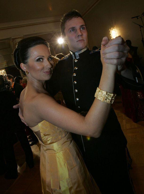Komea kadetti, nykyinen avomies tanssitti Jaana Pelkosta Linnan juhlissa vuonna 2007.
