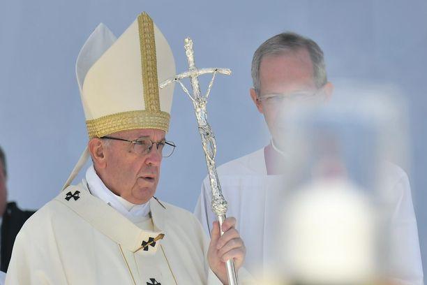 """Paavi uskoo, että katoliset papit raiskaavat yhä nunnia. """"Se, että jokin asia on tiedostettu, ei tarkoita sitä, että se olisi poistunut"""", hän sanoi."""