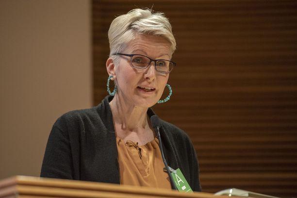 Tanja Karpela piti puheen entiselle ministeriavustajalleen.