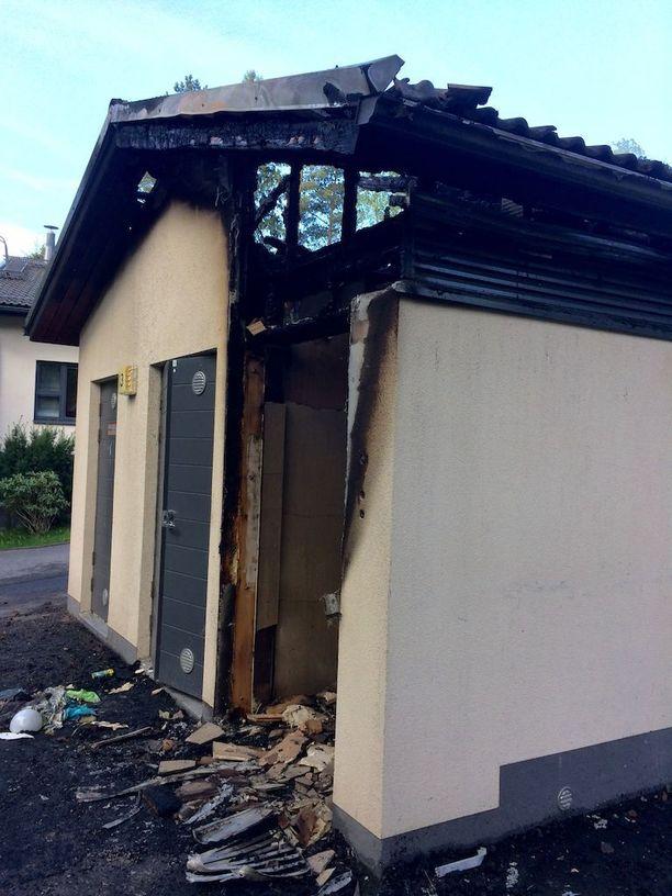 Taloyhtiön jätehuone paloi kattorakenteita myöten.
