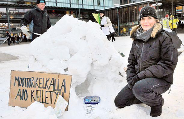 NORPAN PUOLESTA. Tanja Karpela osallistui eilen saimaannorpan suojelun puolesta järjestettyyn Kolaa koti kuutille -tempaukseen. Leikkimielisessä kilpailussa Karpela rakensi norpalle lumesta pesän.
