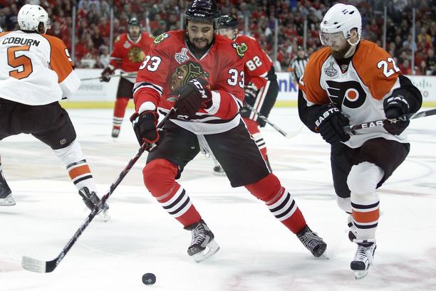 Parasta Ville Leinoa nähtiin Philadelphia Flyers -kausilla. Kuvassa taisteluparina on nykyään Patrik Laineen kanssa Jetsissa loistava Dustin Byfuglien.