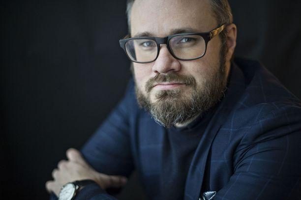 """Tuomas Enbuske kertoi jo vuonna 2017 antamassaan haastattelussa saaneensa """"hullun paperit""""."""