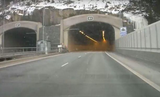 Karnaisten tunneli oli viime viikolla täynnä outoa sumua, kun Niko ajoi sen läpi Helsingin suuntaan.