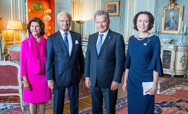 Kuningatar Silvia, kuningas Kaarle Kustaa, presidentti Sauli Niinistö ja rouva Jenni Haukio tervehtivät yleisöä Tukholmassa.