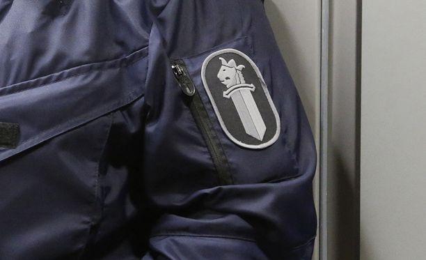 Poliisi heivasi rötöstelijöitä poliisivankilaan. Kuvituskuva.