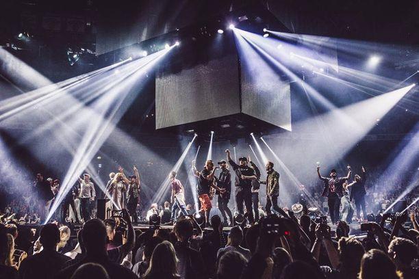 Monet kotimaiset artistit ja musiikkiyhtiöt seuraavat huolestuneena Nelosen musiikki-imperiumin kasvua. Tämä kuva on Elastisen Hartwall Areena -konsertista vuodelta 2016. Elastisen ei tarvitse olla tilanteesta huolissaan, koska Rähinän artistina hän kuuluu Nelosen talliin.