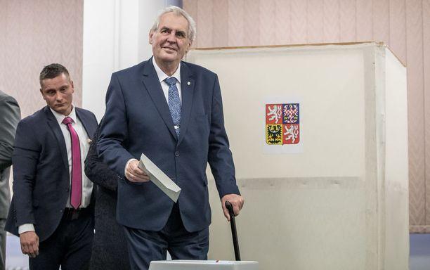 Vaalien ensimmäisen kierroksen voittanut istuva presidentti Miloš Zeman äänesti Prahassa perjantaina.