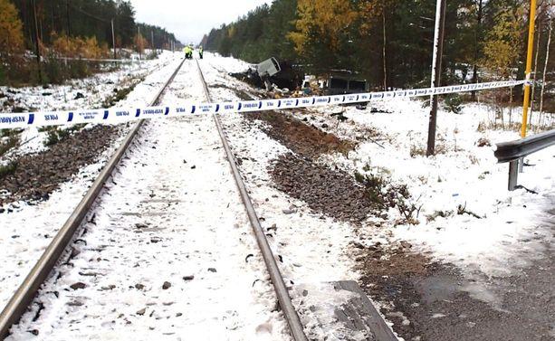 Onnettomuuspaikka ensihoito- ja pelastustoimenpiteiden jälkeen. Tummat kohdat maassa ovat maastokuorma-auton osumakohtia.