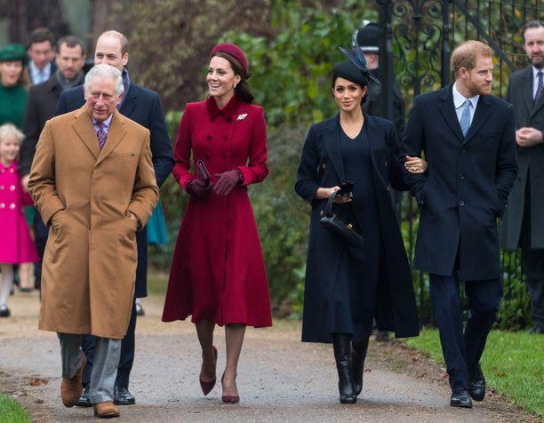 Näin hymyileväisinä herttuaparit ja prinssi Charles astelivat joulukirkkoon vuosi sitten.