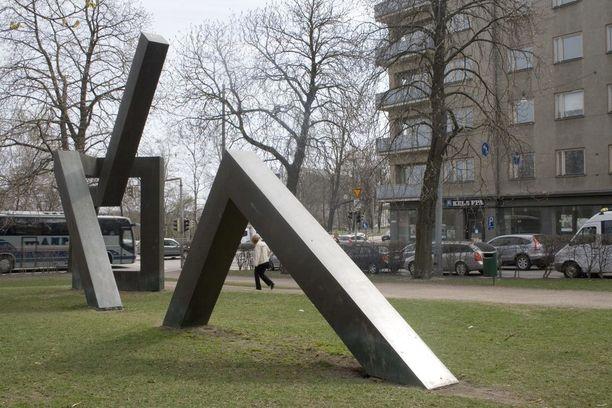 """Veikko Myllerin tekemä Risto Rytin muistomerkki """"Vastuun vuodet"""" paljastettiin vuonna 1994 ja se oli 1990-luvun kenties kiistellyin monumentti. Hankkeeseen valtio budjetoi tämän päivän 379 500 euroa vastaavan summan."""