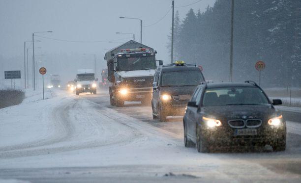 Lauhtuminen ja lumisateet tekevät ajokelistä huonon koko maassa.
