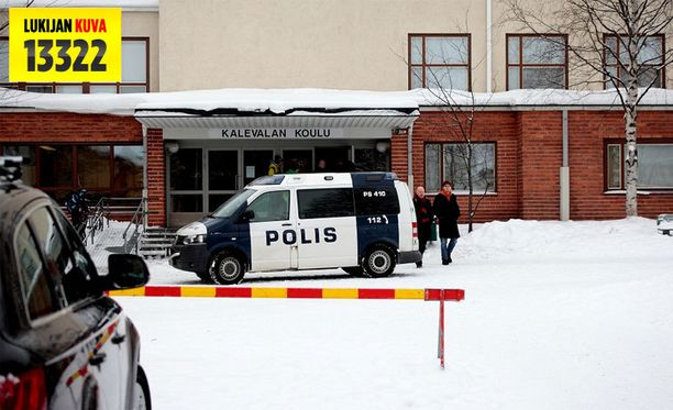 Puijonsarven ja Pihkainmäen kouluissa oppilaat pysyvät tämän päivän sisätiloissa ja ovet pidetään lukittuina. Poliisi kävi uhkauksen vuoksi tänään myös Kalevalan koululla.