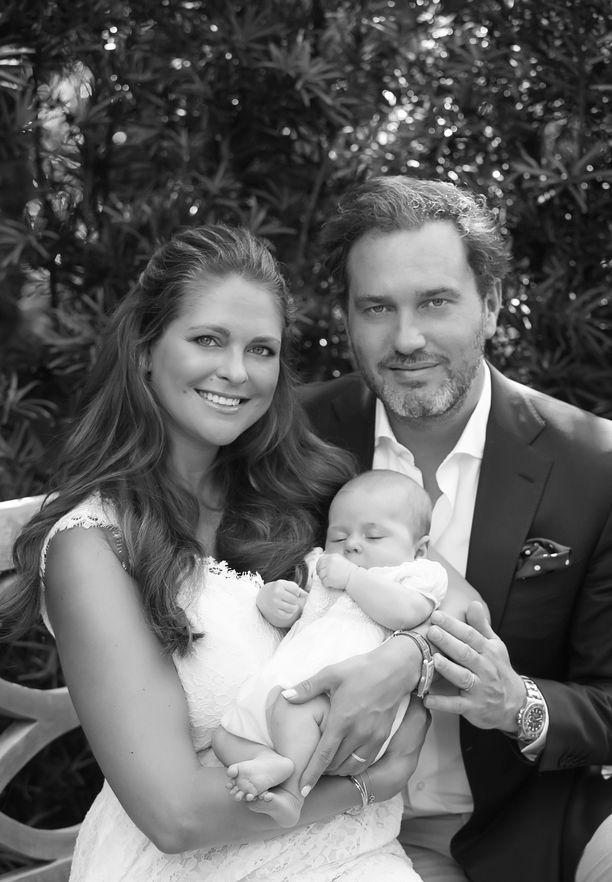 Tuoreet vanhemmat prinsessa Madeleine ja Chris O'Neill onnellisina pikkutyttärensä kanssa.