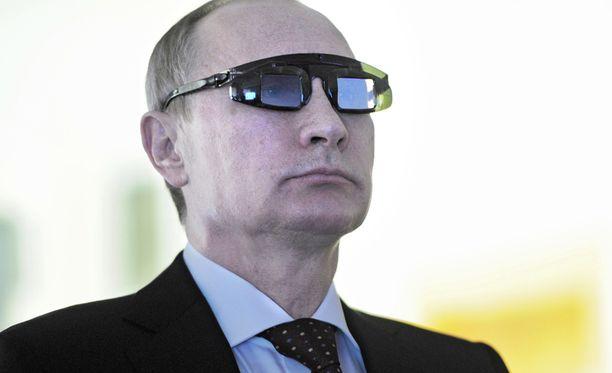 Presidentti Vladimir Putin väittää, että Itä-Ukrainassa taistelee ulkomaalaisista vapaaehtoisista koostuva Nato-legioona. Putin kokeili erikoisaurinkolaseja eilen Pietarissa vieraillessaan yliopistolla.