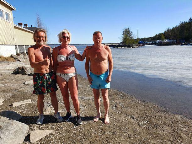 Marjo, Vesa ja Juha Näsijärven rannassa Rauhaniemen rannalla. Auringossa oli lämmintä, vaikka järvessä on vielä osin jäätä.