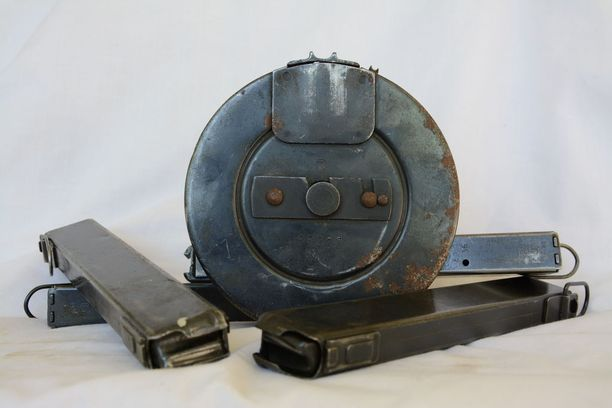 Lakiluonnos tekisi rikokseksi omistaa vanhoja Suomi-konepistoolin lippaita, joita armeija on myynyt kansalaisille tuhansittain.