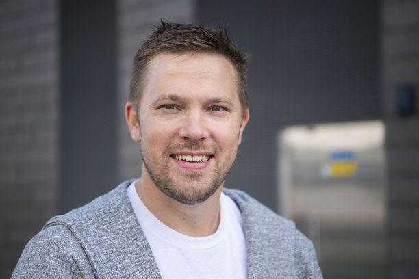 Juha Perälä suosii nykyään lyhyempää, otsan paljaaksi jättävää tukkaa.
