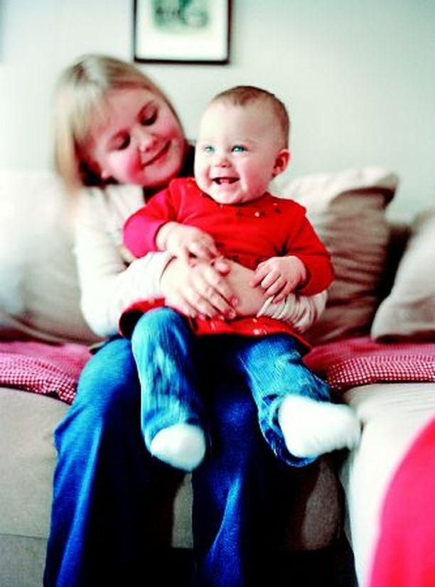 Ida hoitaa mielellään pikkusiskoaan Nettaa.