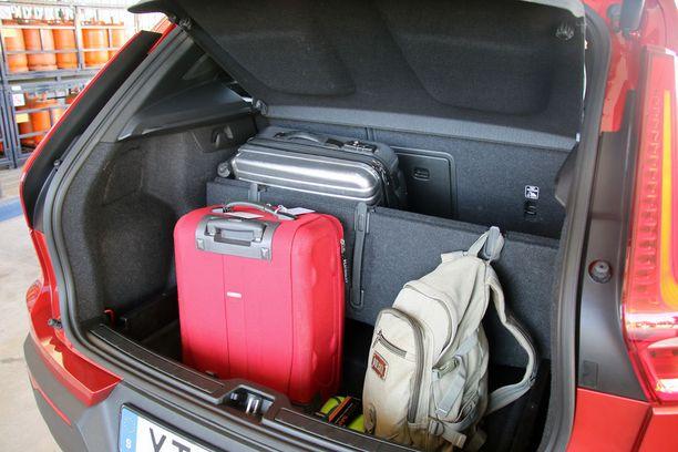 Volvoismi: tavaratilan lattian voi kääntää väliseinäksi ja seinässä on koukkuja pienille laukuille.