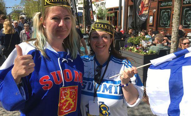 Katarina Macmillan (vas.) ja Tina Falzon matkustivat Tanskan Herningiin katsomaan Leijonien matsia. Macmillan varasi lennot Lontoosta Billundiin jo kesäkuussa 2017.
