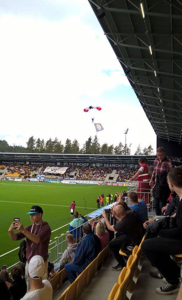 Pelipallo tuotiin stadionille laskuvarjolla.