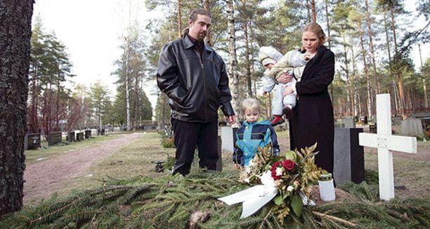 Mikael haudattiin kaksi viikkoa sitten pehmonallensa kanssa.