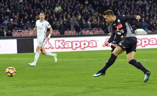 Piotr Zielinski pommittaa Napolin voittomaalin.