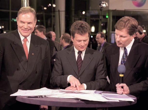 Eduskuntavaalit 1999 toivat suurten puolueiden puheenjohtajat yhden pöydän ääreen. Kuvassa Paavo Lipponen (sdp), Sauli Niinistö (kok) ja Esko Aho (kesk).