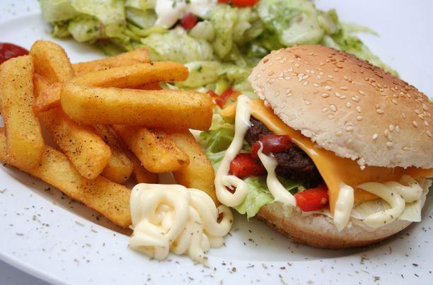 Saamme suurimman osan suolastamme teollisista elintarvikkeista ja kodin ulkopuolella syödystä ruoasta.