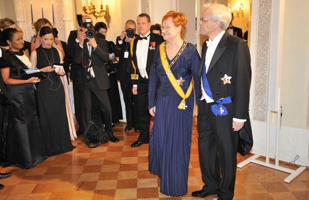 Presidentti saapui lehdistön edustajien eteen yhdessä puolisonsa Pentti Arajärven kanssa.