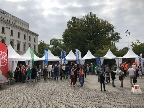 Puolueet käyvät nyt kiivasta taistelua äänistä. Kuvassa vaalikampanjointia torstaina Göteborgissa.