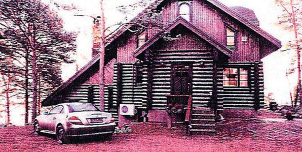 RENKAAT PUHKI. Eeva ja Toivo Sukarin pahoinpitelystä syytetty 61-vuotias puhkoi veitsellä Sukarien autosta kaikki renkaat ennen epäonnista pakoaan.