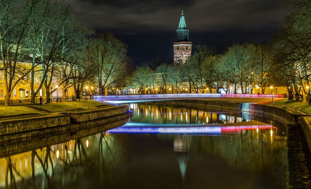 Kirjastosilta on joulukuussa 2013 avattu kevyen liikenteen silta Aurajoen yli Turun keskustassa. Silta valaistiin tänään trikolorin värein.