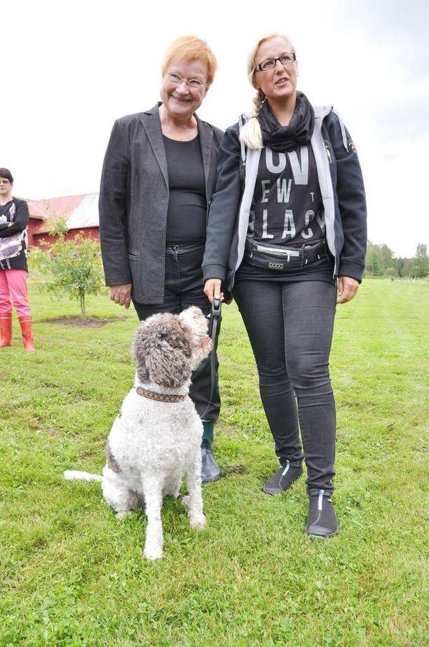 Juvan tryffelikeskuksessa koulutettuun Saku-koiraan tutuistui toissa kesänä myös presidentti Tarja Halonen. Halosen vierellä emäntä Kirsi Saloniemi.