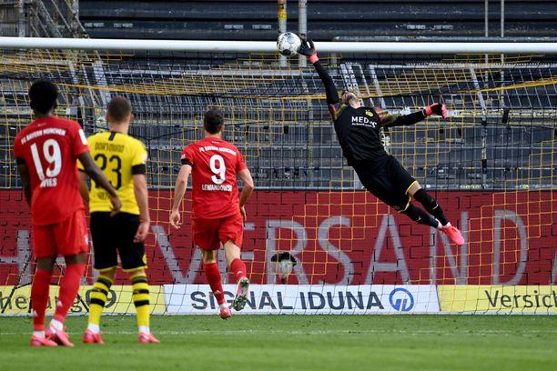 Dortmundin maalivahti Roman Bürki haroo tyhjää. Bayernin Joshua Kimmich uittaa pallon takanurkkaan.