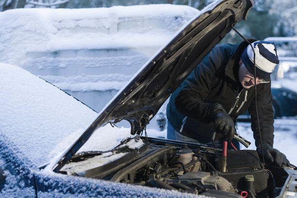 Punainen kaapeli ensin kiinni avustettavan auton akun plus-korvakkeeseen.