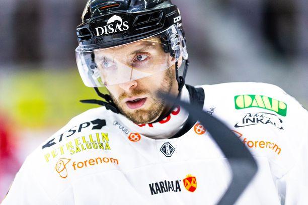 Oskar Osala sai pelirangaistuksen laitataklauksesta.